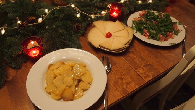 Lämmin perunasalaatti, Manchego juusto ja parmankinkku rucolalla.