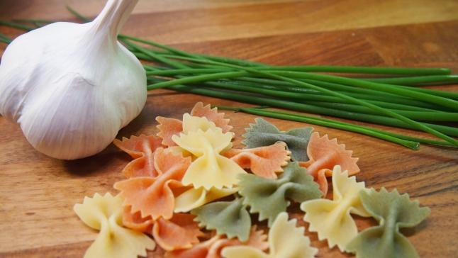 valkosipuli, perhosmakaroni, makaroni, ruohosipuli, pastasalaatti, makaronisalaatti