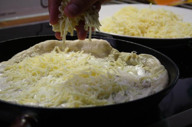 salami, pizza, salamipizza, pannupizza, juustoraaste, pizzapohja, mozzarella, paremsan