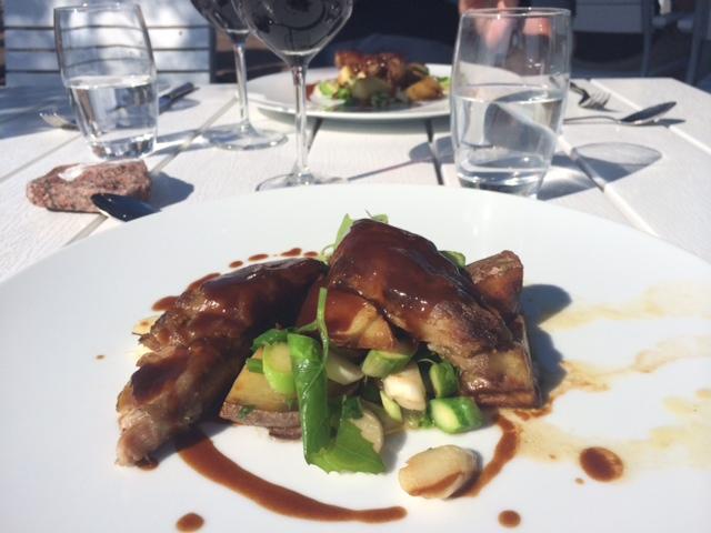 ravintola saari, kesä, kesäruokaa, lounas, lammas, karitsa, rosmariini, kastike, parsa, uudet perunat