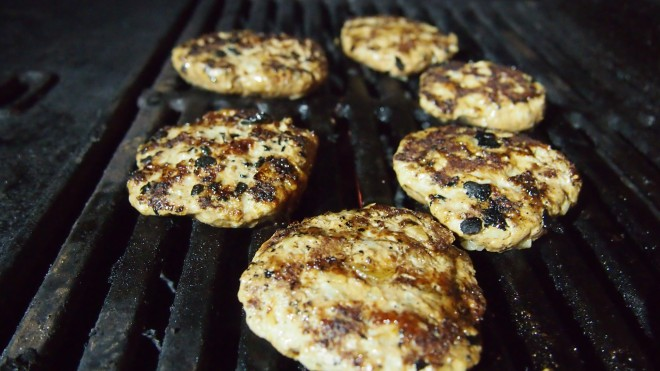 jauheliha, paistijauheliha, sipulipihvit, grilli, grillaus, grillatut jauhelihapihvit