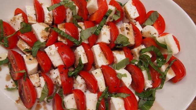 tomaatti, mozzarella, basilika, tomaatti-mozzarellasalaatti, oliiviöljy