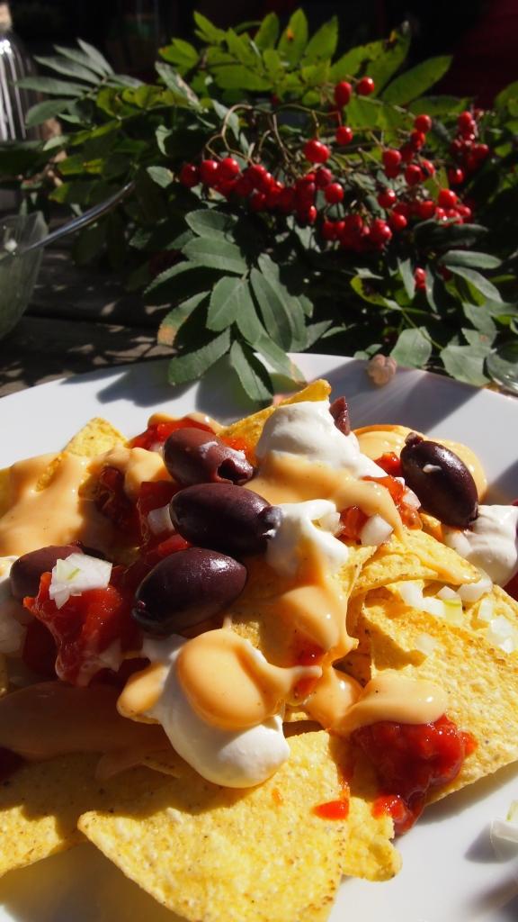 nachos supreme, sipuli, tomaatti, salsa, juustokastike, creme frais, maissilastu, oliivi, pihlajanmarja