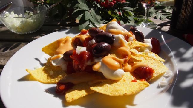 nachos supreme, sipuli, tomaatti, salsa, juustokastike, creme frais, maissilastu, oliivi